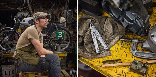 Mécanicien faisant une pause, assis à côté de la moto qu'il est en train de retaper avec tous ses outils, notamment le multi-outils Charge TTI Leatherman.