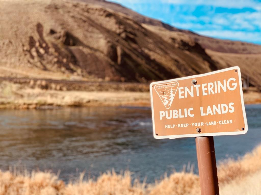 Oregon public lands sign along the Deschutes river.