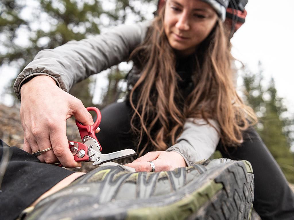 hiker cutting shoe with raptor response shears