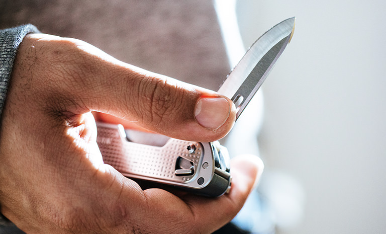 Leatherman FREE T4, plata, despliegue de cuchillo con una mano